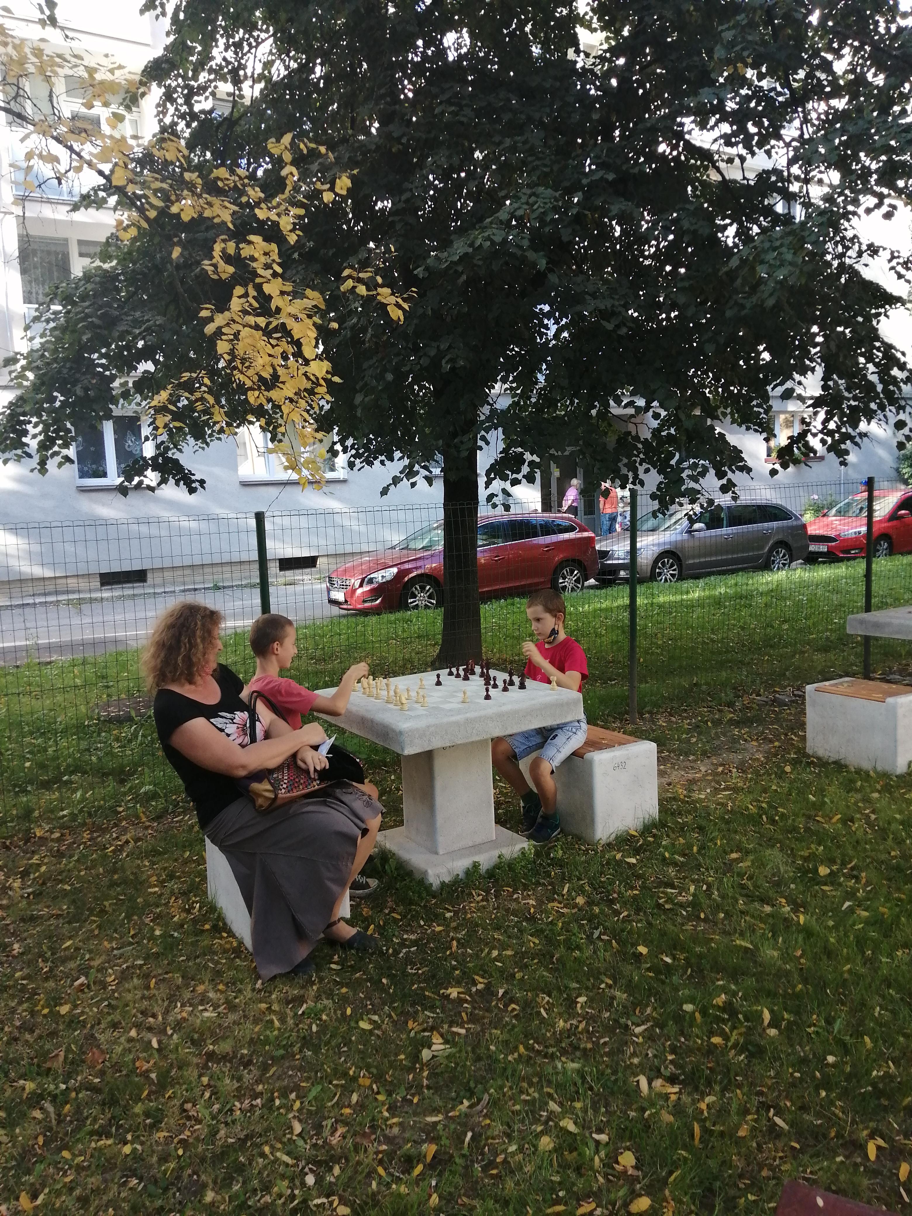 šach v parku za knižnicou